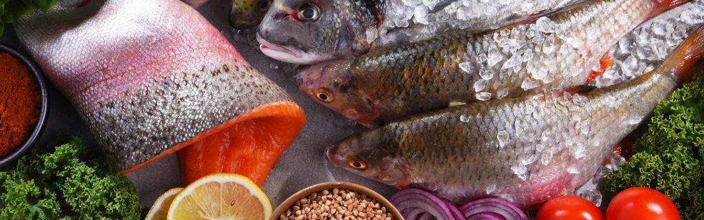 Работник на рыбе в Польше фото